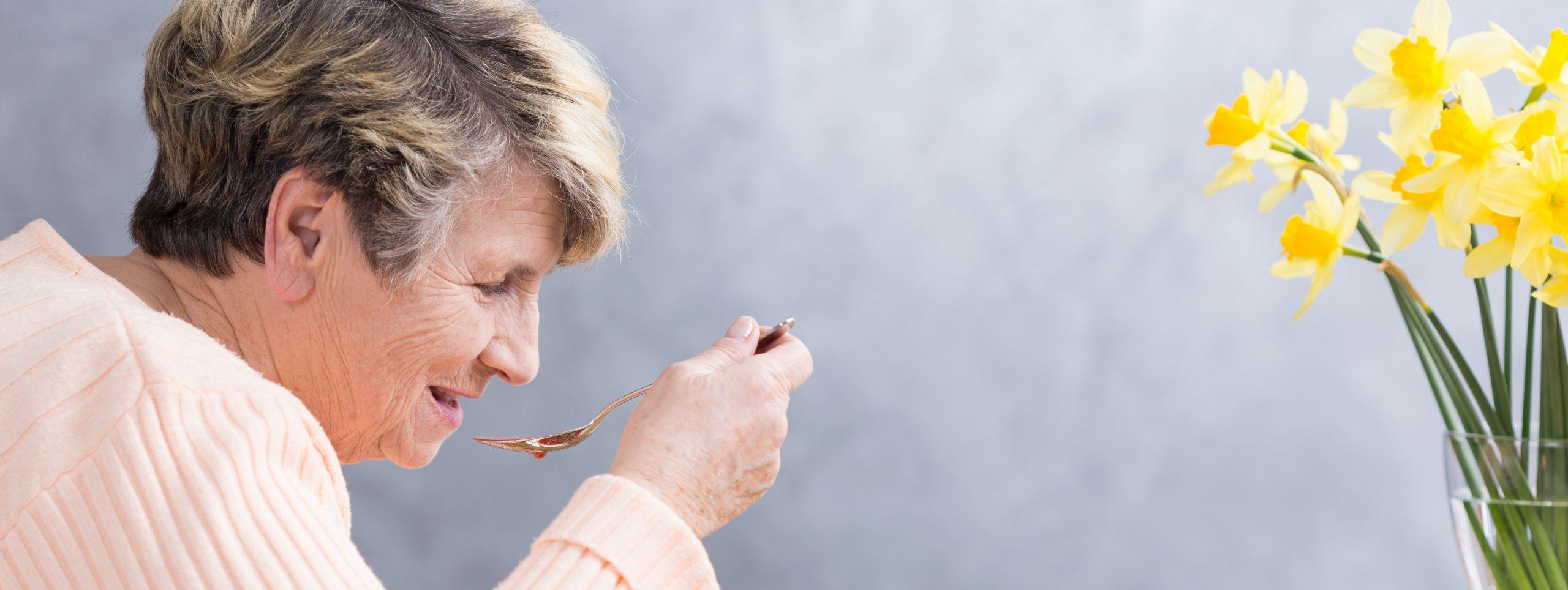 Femme agé qui mange philadom